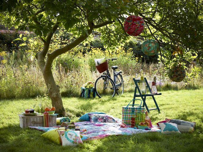romantisches Treffen, Fahrrad, Baumdeko, weiches grünes Gras
