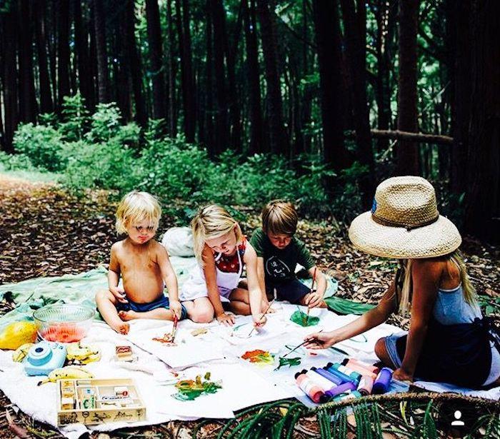 eine Mutter spielt mit ihren Kindern, Strohhalm, Fotocamera, Wasserfarben