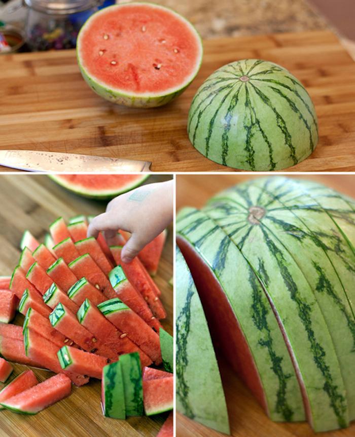 Wassermelone schneiden, zwei Hälfte, kleine Stücke, Holztisch