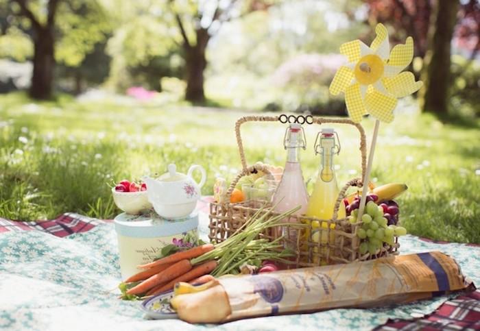 Teekanne, Tee trinken, Baguette, hausgemachte Limonade, Obst