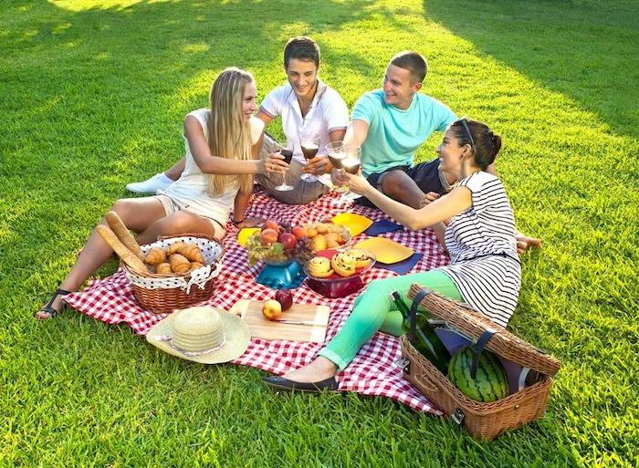 vier Freunde im Park, Strohhut, grüne Hose, blaues T-Shirt