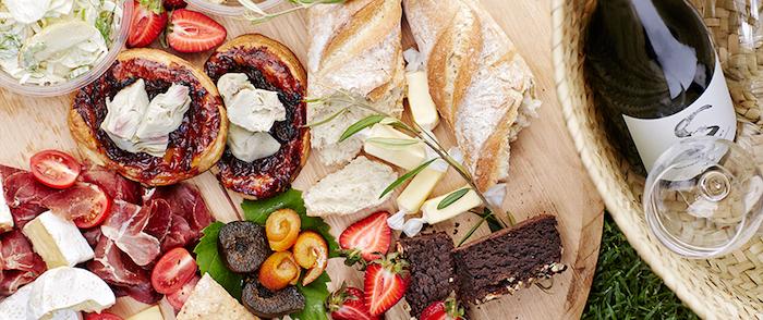 Camembert, Cherrytomaten, Flechtkorb, Briekäse, Kuchen mit Sahne