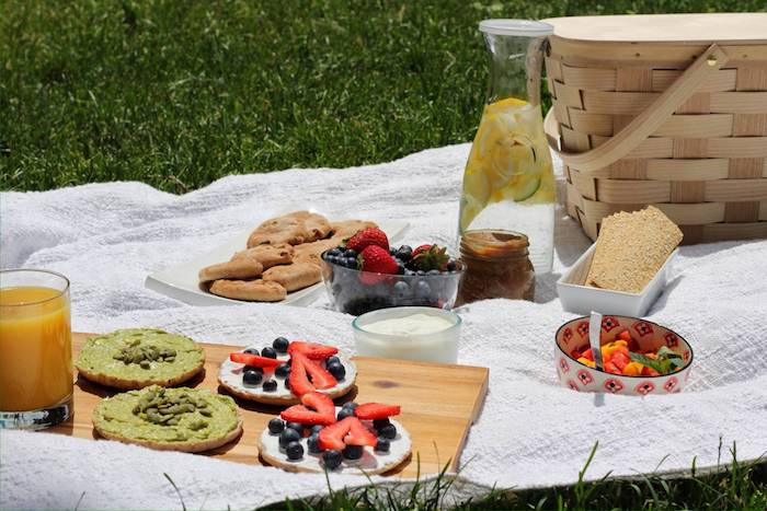 kleine Schüssel mit Obstsalat, Kekse, Brot mit grünem Pesto