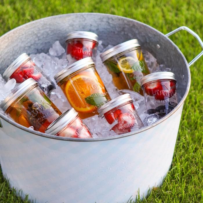erfrischende Getränke aus Zitrusfrüchten, Grass, Metalltopf