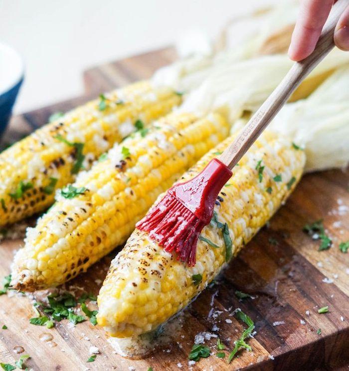 gegrillter Mais mit Butter und frischen Kräutern, leckeres Rezept