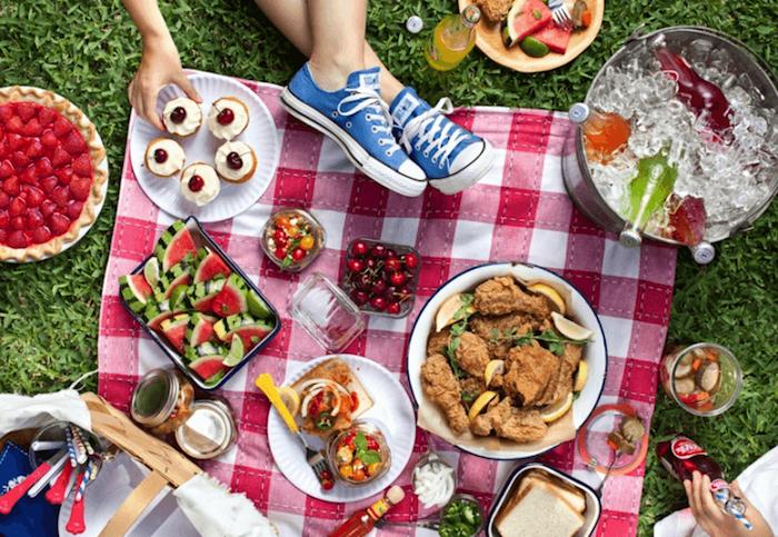 Himbeerkuchen, Tabascosoße, blaue Sportschuhe, gekochtes Fleisch mit Zitronen