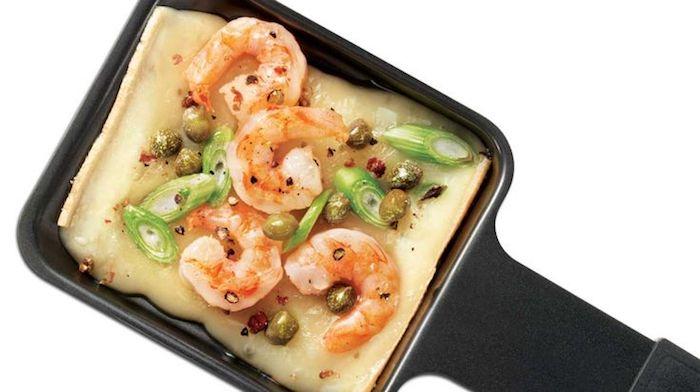 raclette rezepte ideen käse schmelzen garnellen frische zwiebel kräuter pfanne