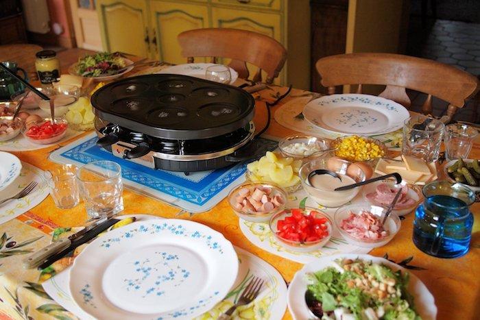 raclette rezepte zum genießen familienfeste vorbereitung teller weiß blau gemüse eier