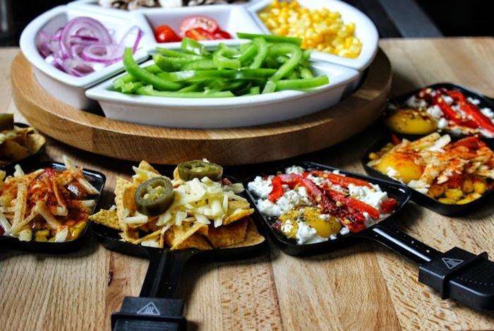 raclett zutaten paprika mais zwiebel frische tomaten käse gurken alles was sie dabei haben