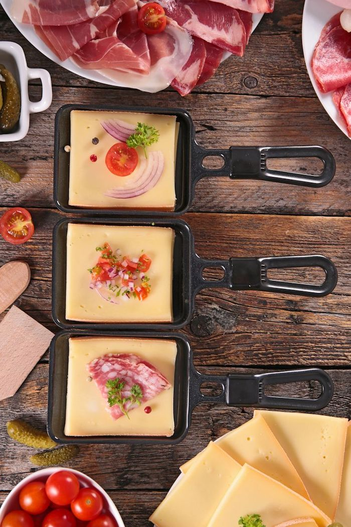 raclett zutaten ideen drei leckere raclett speischen pfannen mini fleisch dünn geschnitten