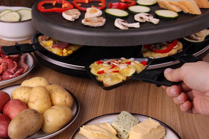 zutaten für raclette kartoffeln oder brot gemüse fleisch meeresfrüchte käse speziell