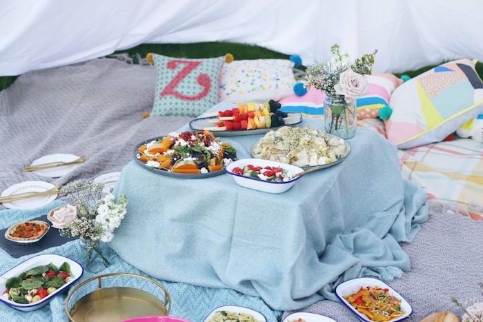 blaue Kisse mit dem Buchstaben Z, aschenrosa Blumen, Obstschaschlick