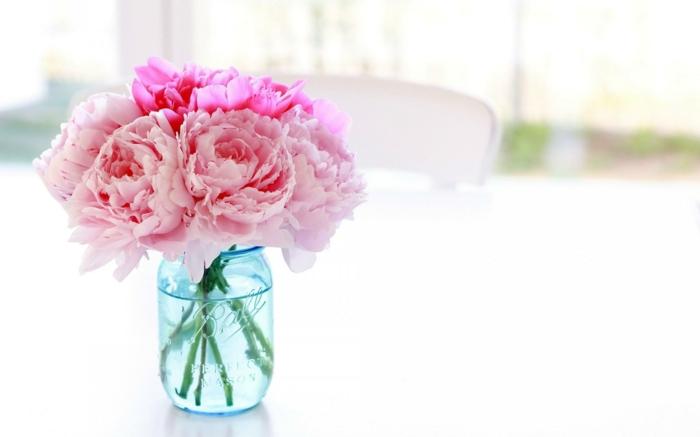 Pfingstrosen im Einmachglas, rosafarbene Blüten, die ideale Blume für Hochzeitssträusse