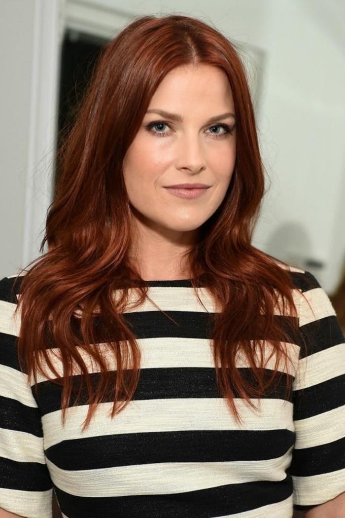 den perfekten Rotton auswählen, kupferrote, lange Haare, dunkle Augen, rosa Lippen, schwarz-weiße Bluse