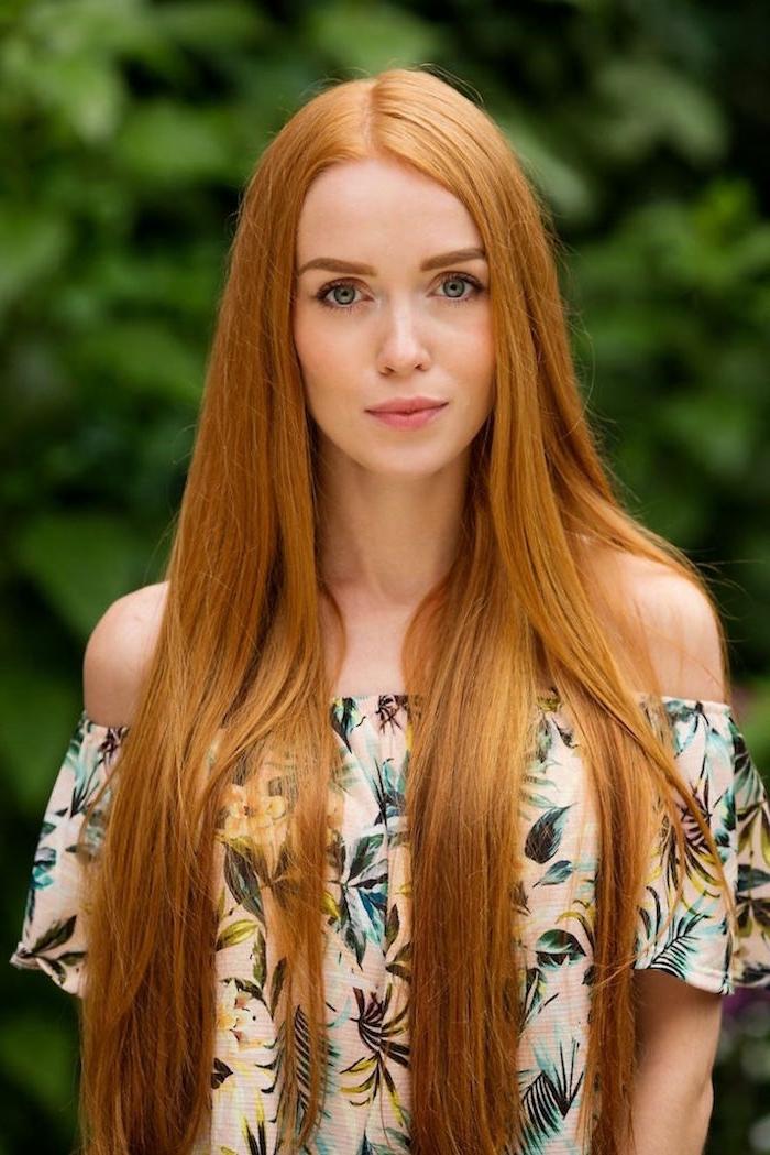 wunderschöne, kupferfarbene Haare, lang und glatt, helle Haut, Bluse mit floralen Motiven