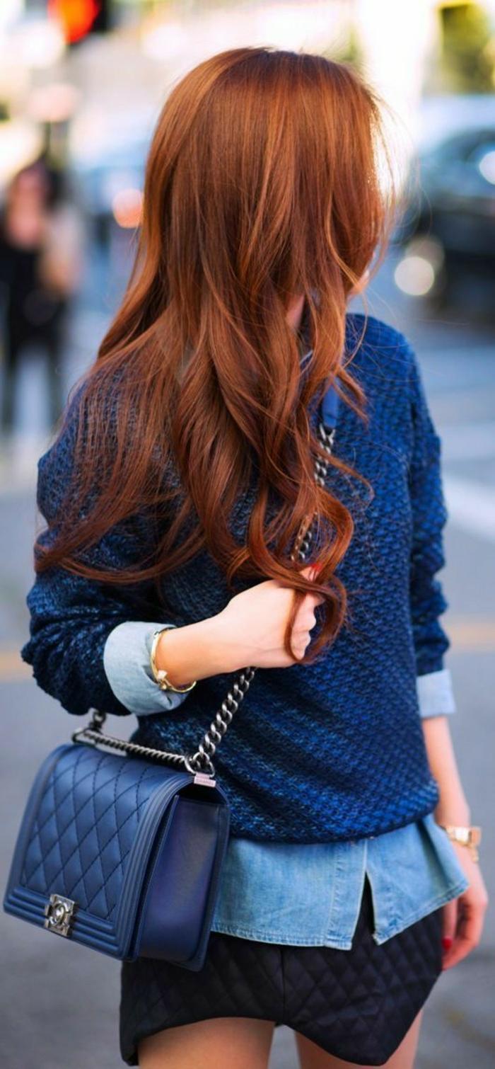 kupferfarbene Haare, casual Look, dunkelblauer Pullover, Jeanshemd, blaue Ledertasche