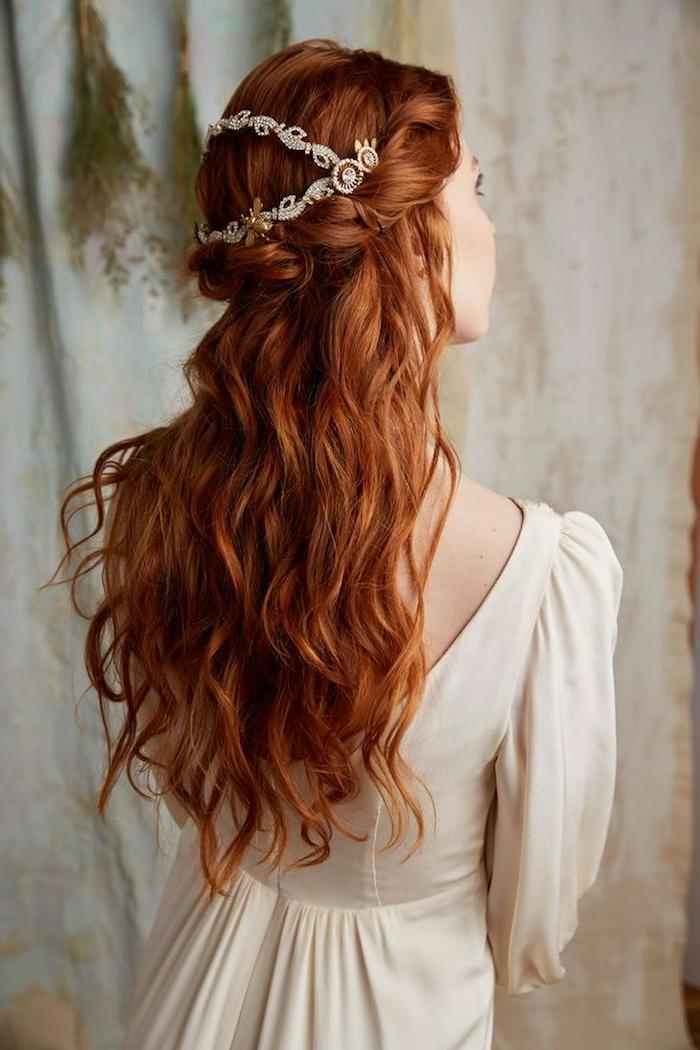 natorrote Haare, Kupferrot, wunderschöne Locken, silberner Haarschmuck, weißes Kleid