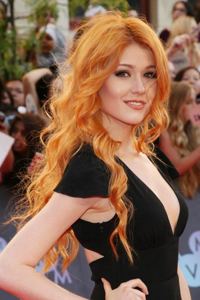 rote, lange Haare, wunderschöne Locken, helle Haut, schwarzes Abendkleid, auf dem roten Teppich