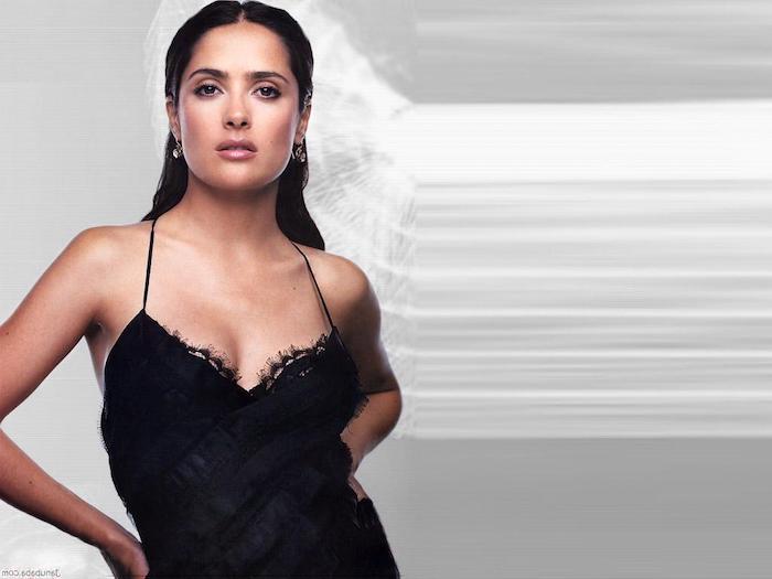 sternzeichen jungfrau schick und anziehend salma hayek schwarzes top schöne frau