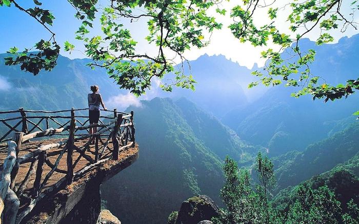 ein schönes Bild von Insel Madeira, eine Frau steht an dem Rand eines Felsens