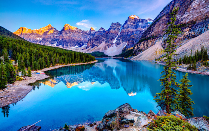 ein wunderschöner Ort mit einem See in türkisblauer Farbe