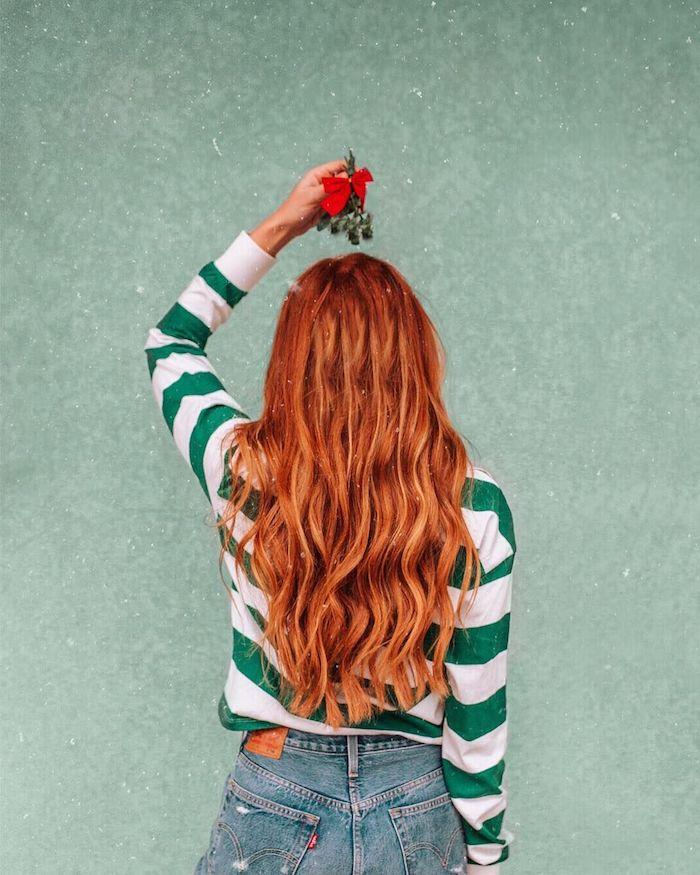Haarfarbe Kupfer, lange gewellte Haare, gestreifte Bluse in Grün und Weiß, Jeans mit hoher Taille