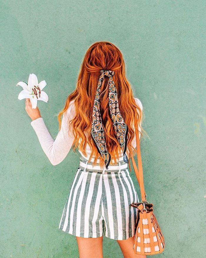 Lange gewellte Haare halboffen, Kupfer Haarfarbe, weiße Bluse und gestreifte Short, Bandana im Haar