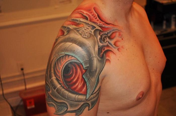 schulter tattoo, mann mit realistischer dreidimensionaler tätowierung