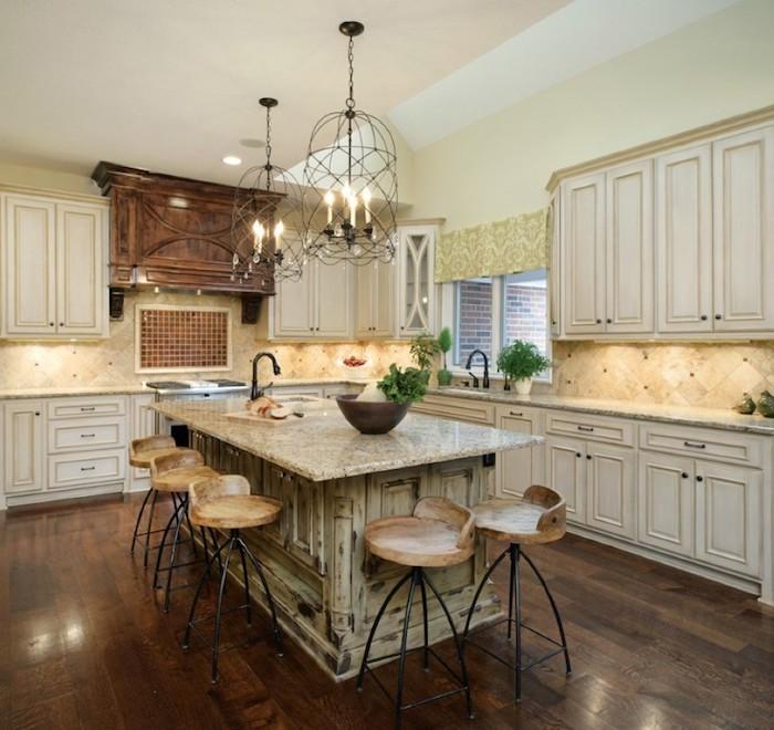 shabby style kücheninsel hohe stühle lampe beleuchtung schrank kerzen einrichtung