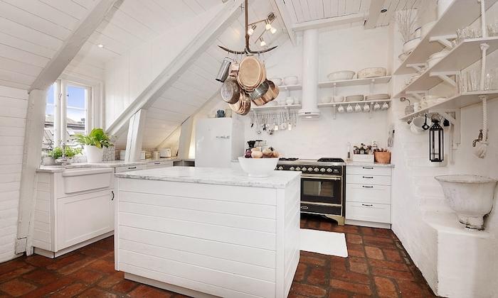 shabby style in weißer farbe natürlicher boden hängende geschirrstücke fenster
