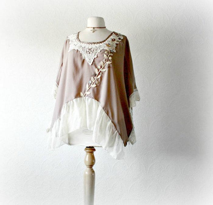 aschenrosa Bluse mit weißen Applizierungen, Halskette-Kreuz