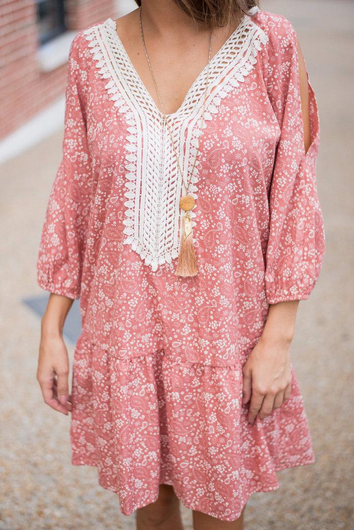 hellrosa mittellanges Kleid mit weißer Spitze, V-Ausschnitt, Federkette für den Hals