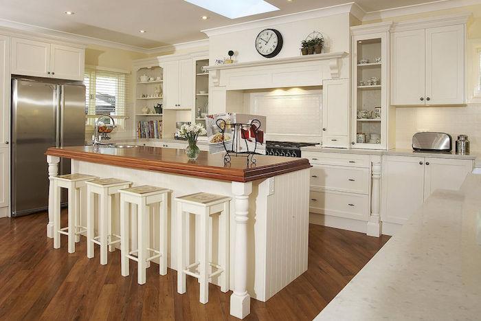 shabby küche gestaltung design ideen weiße küche kücheninsel vase stühle blumen