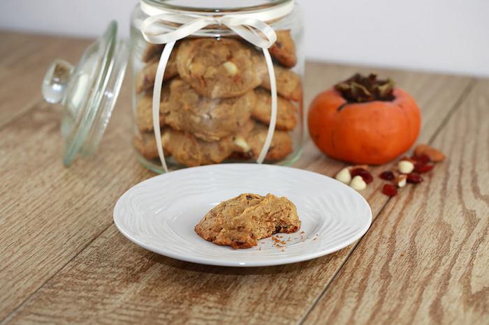 wie isst man kaki, kekse mit kaki früchten und weißer schokolade
