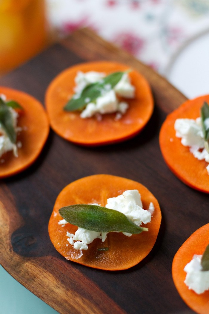 kaki gesund, happen mit persimonenscheiben und weißem käse