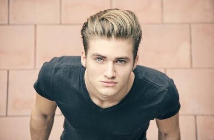 sidecut frisuren für männer blonder mann foto von oben t-shirt frisuridee haare
