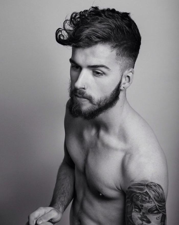 haare undercut idee gestaltung mann mit tattoos sportler bart haare schön stylen mann