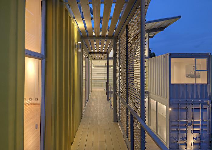 noch ein container haus mit einer tollen großen terrasse und mit großen fenstern