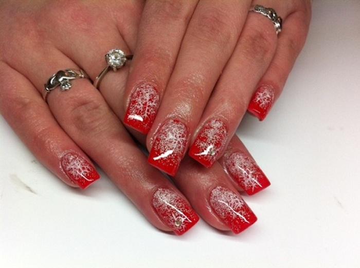 winter nageldesign lange nägel rote nägel mit weißen dekorationen ringe tragen schön