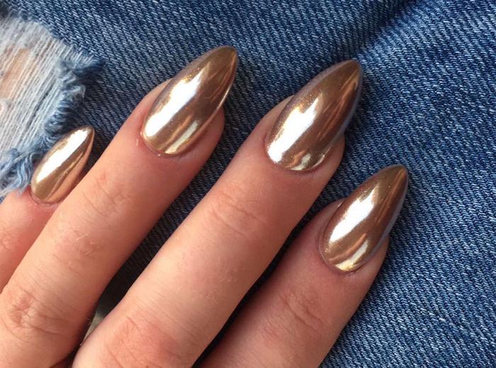 gelnägel weihnachten goldener nagellack spitze nägel idee foto jeans maniküre