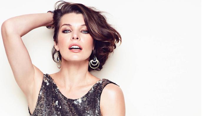 milla jovovich toller look glänzende ohrringe silbernes kleid model sternzeichen