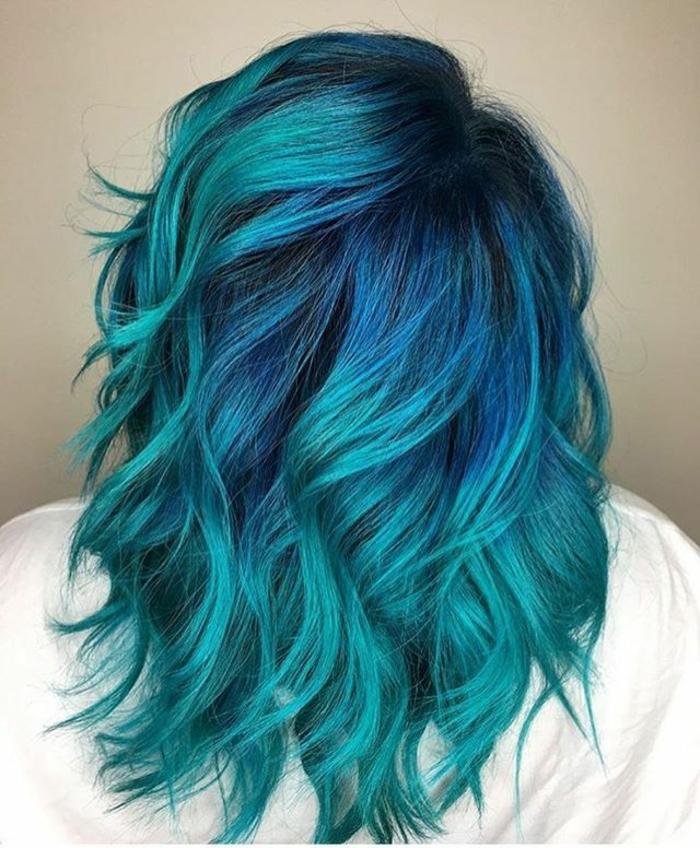 bunte Haare, verschiedene Blautöne- Dunkelblau und Türkis, Damenfrisuren für auffälligen Look