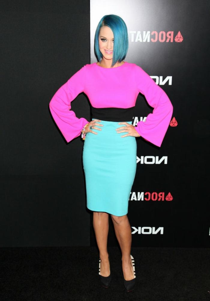 blaue Bob-Frisur, cooler Outfit in grellen Farben, rosafarbene Lippen, natürlicher Augen-Make-up