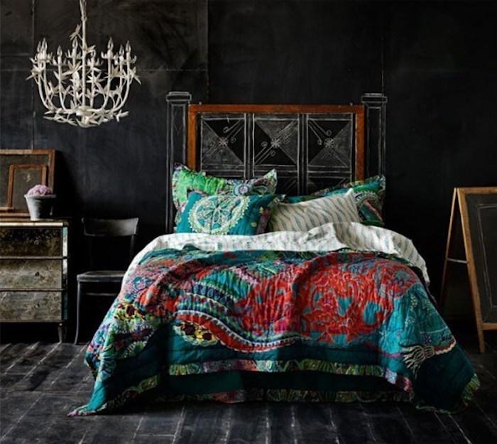 ein Bett mit Rahmen die mit Kreide dekoriert wird - tolle Wandfarben Ideen