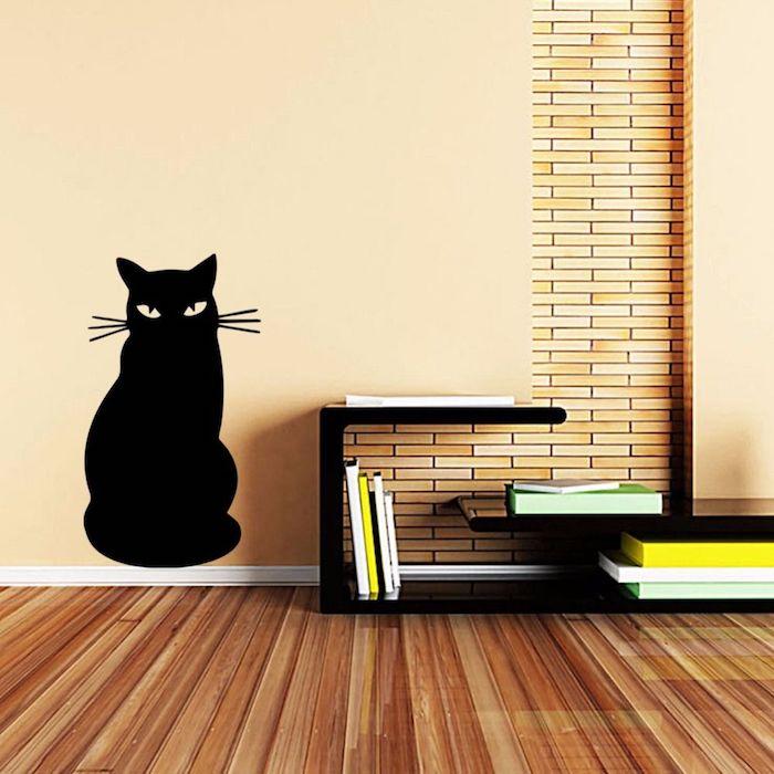 eine schwarze Katze ergänzt die sonst pfirsiche Wand - Wandfarben Ideen