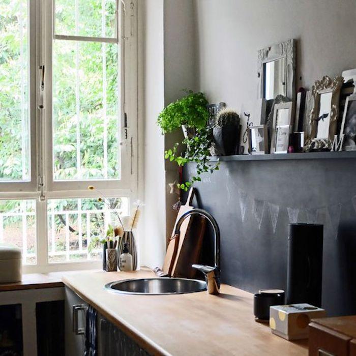 eine Küche mit viel natürlichem Licht und Holzplatte mit Tafellack verschönert