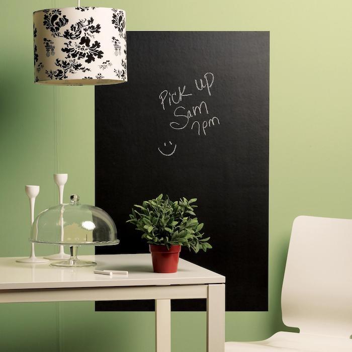 Tafellack in der Küche wie eine Zettelwand verwendet zu werden mit grünen Hintergrund