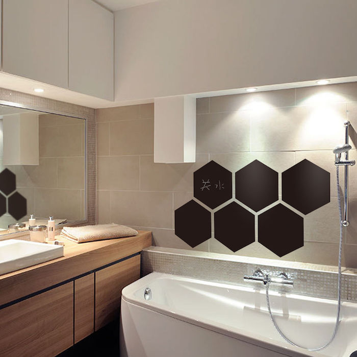 Formen wie ein Bienenstock von Tafellack über die Badewanne und ein großer Spiegel
