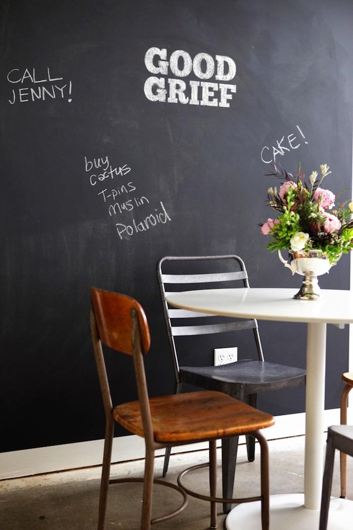 in einem Cafe gibt es eine Wand mit Tafellack, wo viele Aufschriften stehen