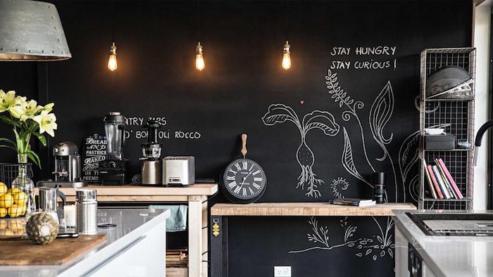 eine Wand mit Tafellack in der Küche, von drei Lampen beleuchtet in vintage Stil